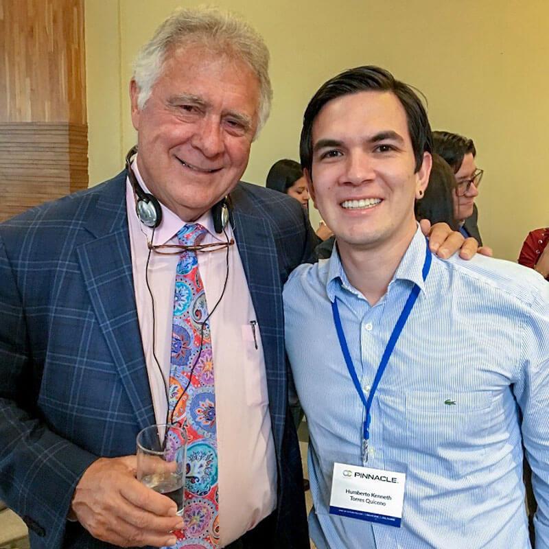 Junto al Dr. Tom Pitts